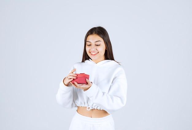 Afbeelding van een mooi jong meisjesmodel met een geschenkdoos.