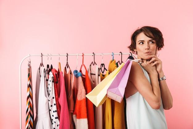 Afbeelding van een mooie doordachte vrouw stylist poseren geïsoleerd