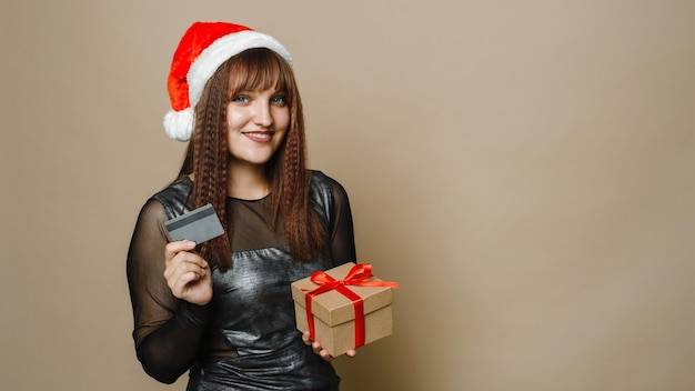 Afbeelding van een mooie gelukkige jonge vrouw poseren geïsoleerd op beige muur achtergrond