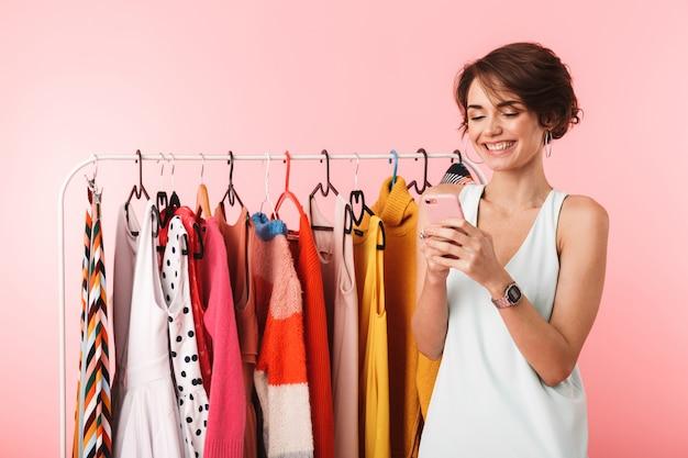 Afbeelding van een mooie gelukkige vrouw stylist poseren geïsoleerd