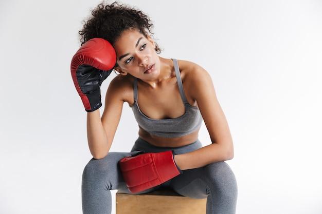 Afbeelding van een mooie jonge geweldige sport fitness afrikaanse vrouw bokser poseren geïsoleerd over witte muur in handschoenen.