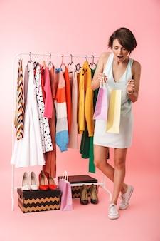 Afbeelding van een mooie opgewonden vrouw stylist poseren geïsoleerd