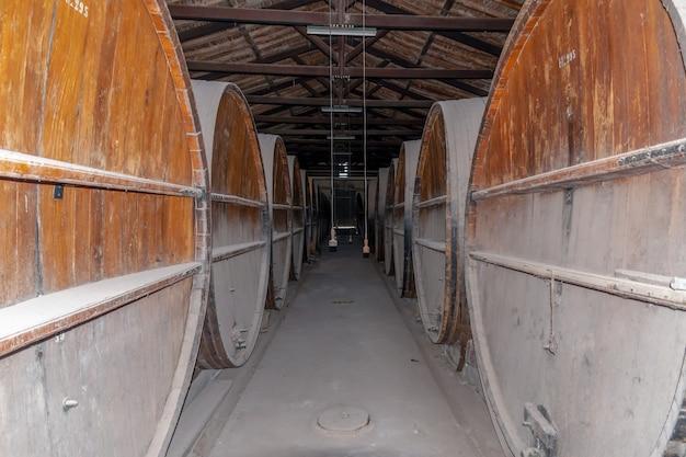 Afbeelding van een oud wijnpakhuis in een staat van verlatenheid