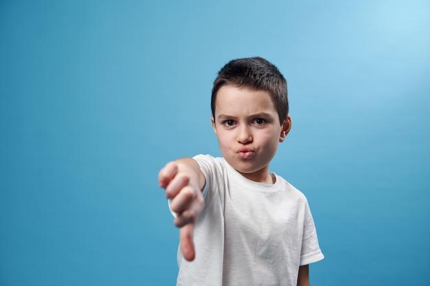 Afbeelding van een schooljongen met duim naar beneden aan de voorkant