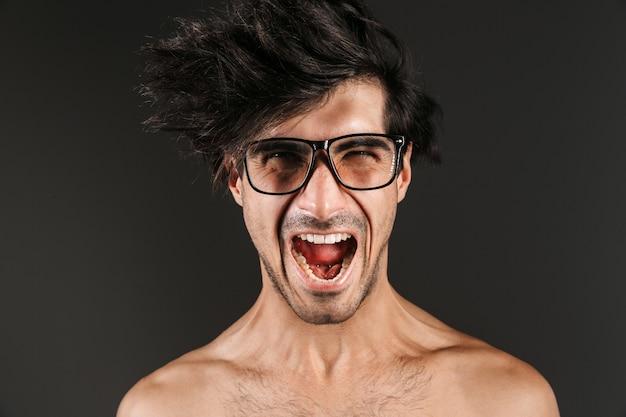 Afbeelding van een schreeuwende jonge man poseren geïsoleerd.