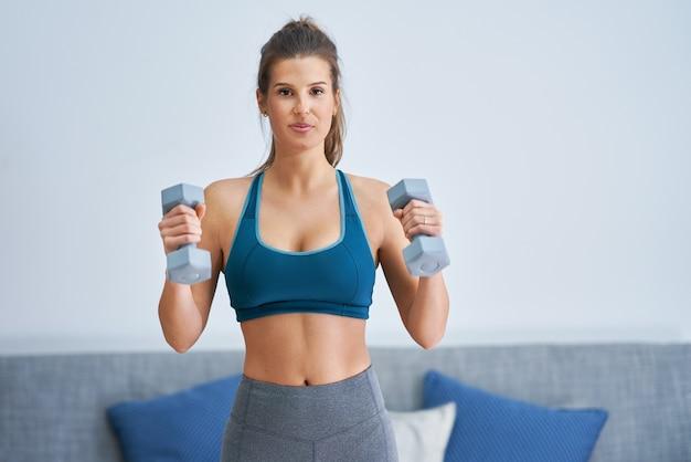 Afbeelding van een volwassen vrouw die thuis aan het trainen is
