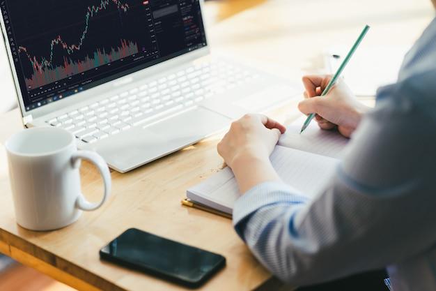 Afbeelding van een vrouwelijke zakenman die zit en werkt met een laptop
