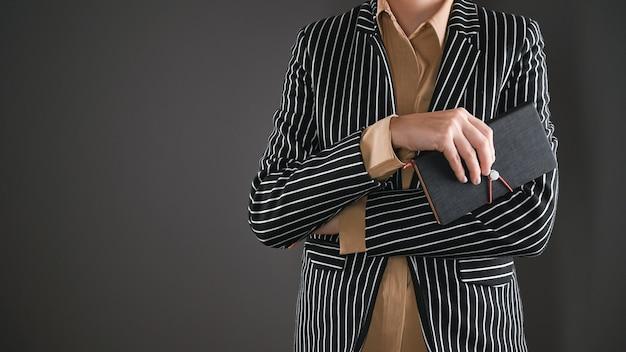Afbeelding van een zakelijke vrouw in een pak. hoge kwaliteit foto