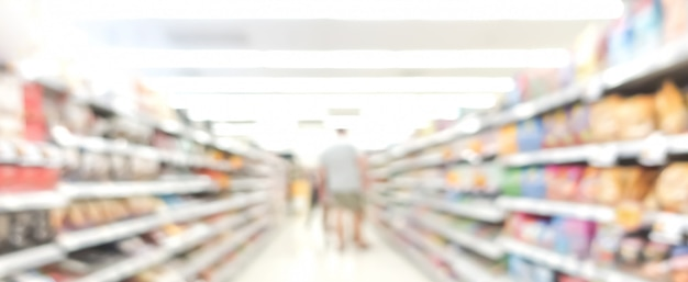 Afbeelding van gangpad in supermarkt met klanten vervagen