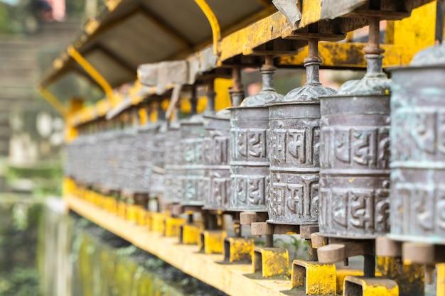 Afbeelding van gebedsmolens op een rij. boeddhistische gebedstrommels met mantra's.