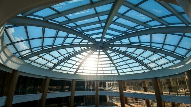 Afbeelding van grote glazen koepel in modern zakencentrum of hotel. abstract architectuurbeeld van glazen dak