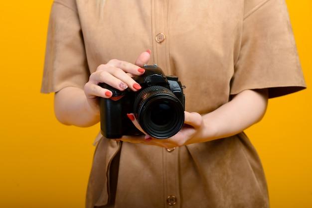Afbeelding van handen met digitale fotocamera