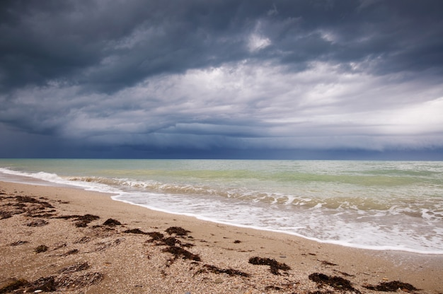 Afbeelding van het strand en de dramatische hemel.