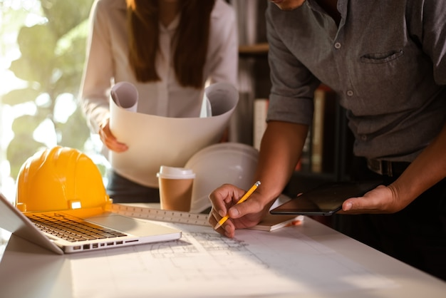 Afbeelding van ingenieursbijeenkomst voor architecturaal project. werken met partner- en engineeringtools op de werkplek