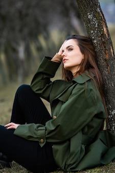 Afbeelding van jonge mooie vrouw regen jas dragen bij koud weer
