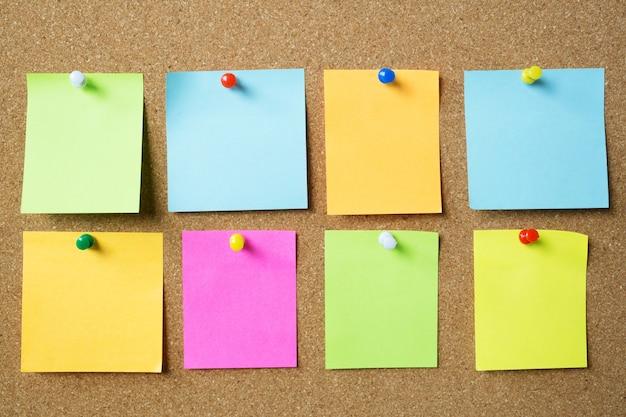 Afbeelding van kleurrijke plaknotities op het prikbord van kurk