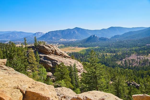 Afbeelding van landschap met uitzicht op de woestijn in de bergen met grote rotsblokken en pijnbomen