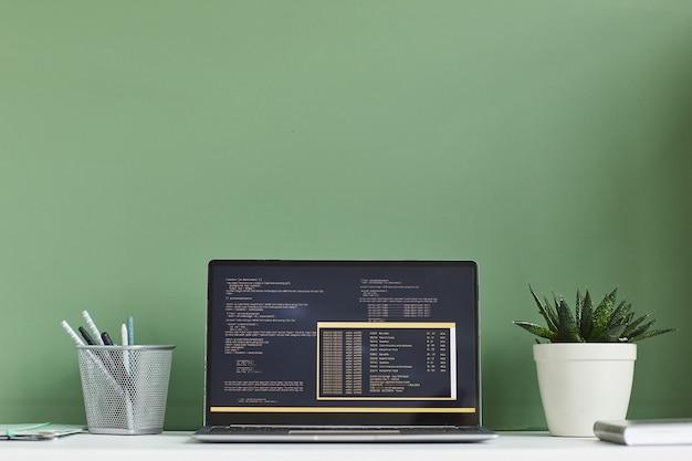 Afbeelding van laptop met software op het scherm op de werkplek op kantoor