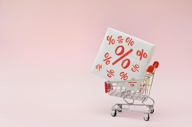 Afbeelding van lege winkelwagentje of kar met doos met korting procent verkoop black friday producten