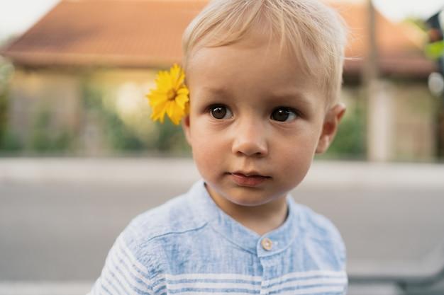 Afbeelding van lieve jongen, close-up portret van kind, schattige peuter met blauwe ogen