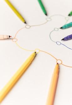 Afbeelding van lineaire route met punten geschilderd met kleurrijke markeringen op wit papier. ruimte voor logo, titels