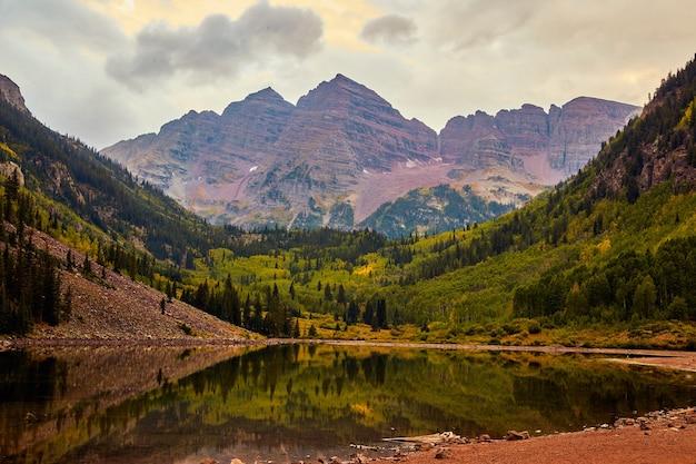 Afbeelding van maroon bells majestueuze bergen zonsopgang bewolkt