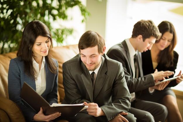Afbeelding van mensen uit het bedrijfsleven luisteren en praten met hun collega tijdens vergadering