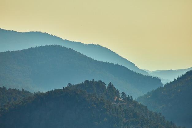 Afbeelding van mistige lagen bergtoppen