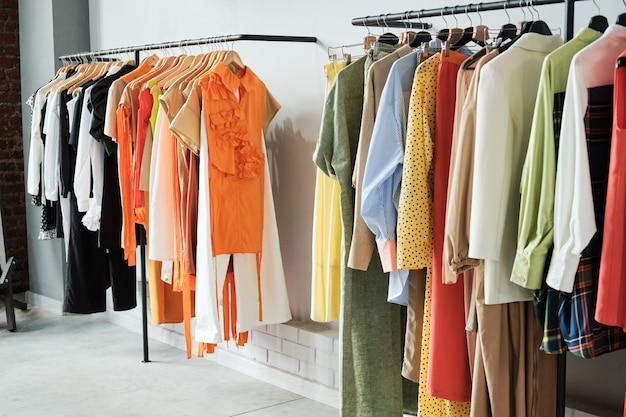 Afbeelding van modekleding die aan het rek in de kledingwinkel hangt