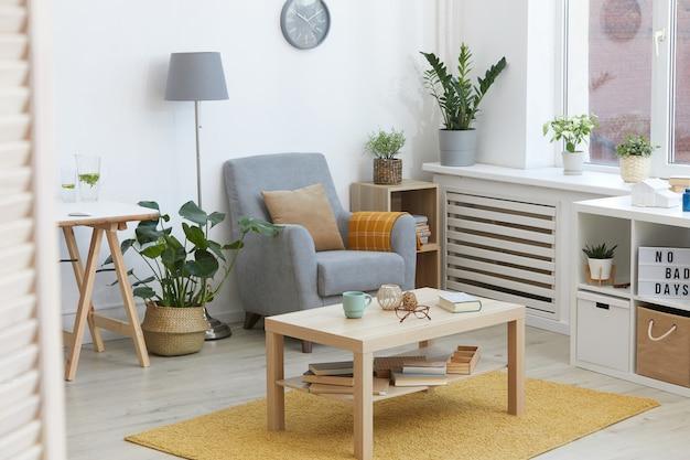 Afbeelding van moderne binnenlandse kamer met fauteuil en tafel in het huis