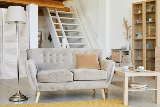 Afbeelding van moderne comfortabele bank in de woonkamer in het huis
