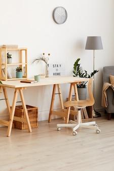 Afbeelding van moderne houten tafel met bloemen en kladblok in de kamer thuis