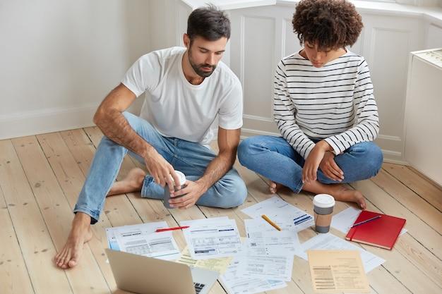 Afbeelding van multi-etnische vrouw en man ondernemers werken samen aan het opstarten van een nieuw bedrijfsproject