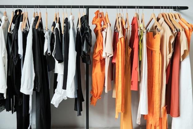 Afbeelding van nieuwe kleren die aan het rek in de kledingwinkel hangen