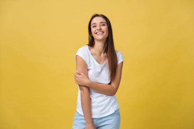 Afbeelding van opgewonden jonge vrouw staande geïsoleerd over gele achtergrond. camera kijken.