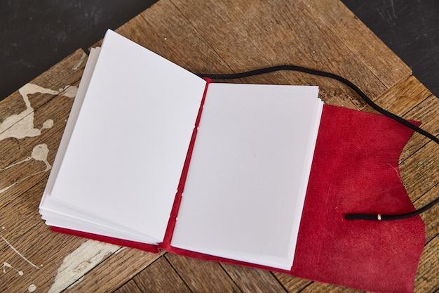 Afbeelding van pages blanco of open dagboek schetsboek met rood leer