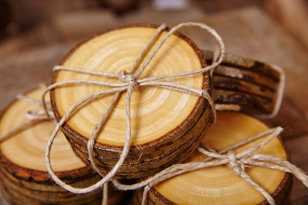 Afbeelding van rustieke houten onderzetters vastgebonden met bruin touw