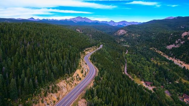 Afbeelding van snelwegweg door de bergen van het land en het bos van pijnbomen