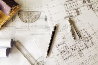 Afbeelding van technische objecten op het bovenste zicht van de werkplek. Constructie concept. Engineering tools.Vintage tone retro filter effect, soft focus (selectieve focus)