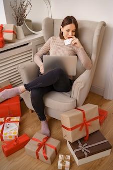 Afbeelding van tevreden aardige vrouw met creditcard met kopie ruimte met behulp van laptop
