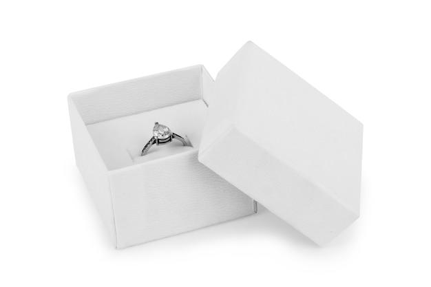 Afbeelding van trouwringen in een geschenkdoos op witte achtergrond