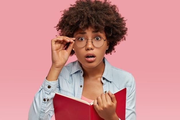 Afbeelding van verrast zwarte vrouw heeft afro-kapsel