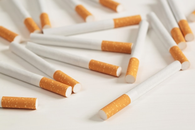 Afbeelding van verschillende commercieel gemaakte stapel sigaret op witte achtergrond. of niet-roken campagneconcept, tabakspatroon bovenaanzicht.