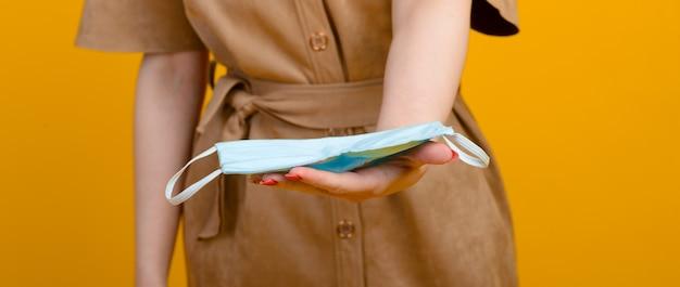 Afbeelding van vrouwelijke handen met blauw masker healthcare covid 19 besmetting door uitbraak