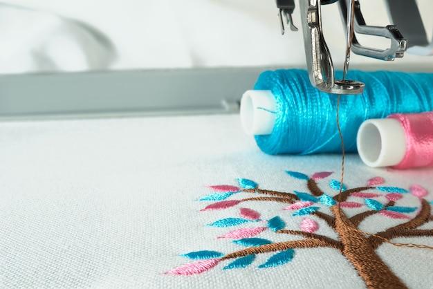 Afbeelding van werktempo in de borduurmachine close-up kijken onder de naald