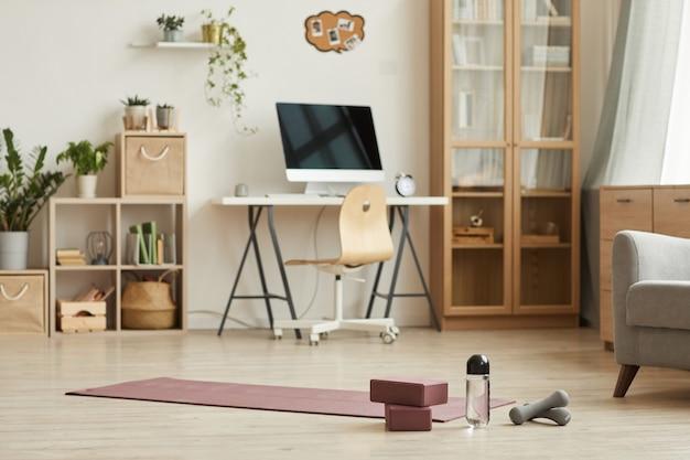 Afbeelding van woonkamer met moderne meubels en sportartikelen voorbereid op sport