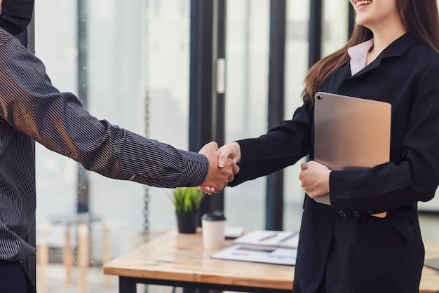 Afbeelding van zakenmensen die handen schudden samenwerking concept succes op kantoor.