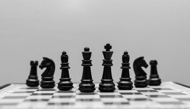 Afbeelding van zwarte schaakstukken opgesteld op een schaakbord