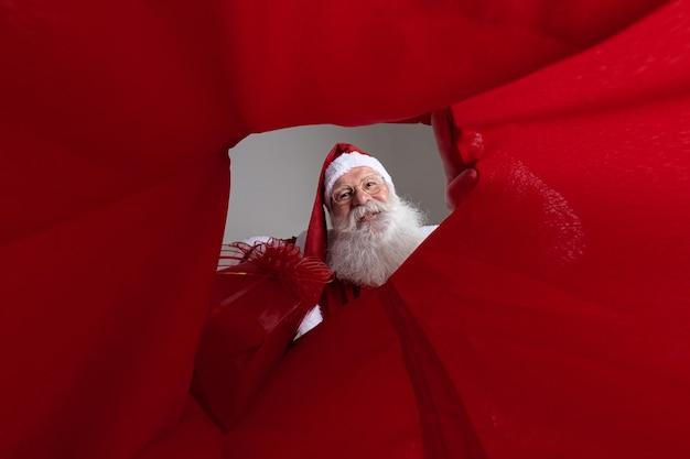 Afbeelding vanuit de zak, de kerstman die geschenken in de zak stopt.