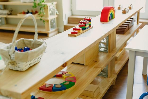 Afbeeldingen van een montessoriklaslokaal met al het materiaal voor de school